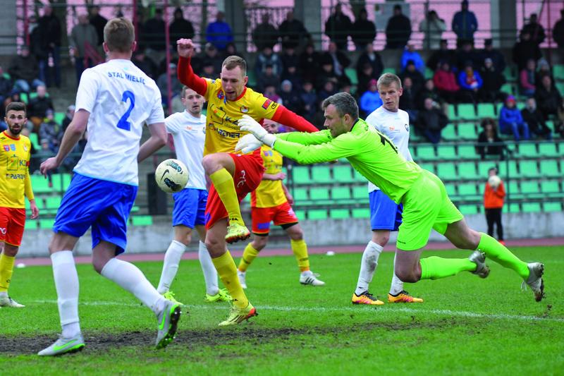 Gola zdobył też dobrze grający Kamil Wiktorski, ale... sędzia go nie uznał, dopatrując się faulu na bramkarzu gości. Fot. fotoMiD