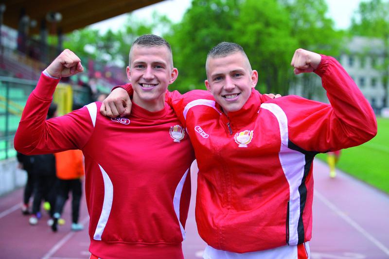 Jest moc! Bracia Łukasz i Rafał Wolsztyńscy stali się na finiszu rozgrywek wizytówką legionowskich piłkarzy. Fot. fotoMiD