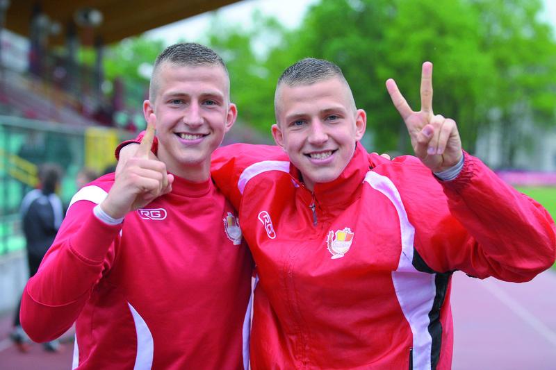 21-letni bracia bliźniacy Wolsztyńscy, grający od zimy w legionowskich barwach, a pochodzący z Knurowa na Śląsku, zdobyli w meczu ze Zniczem Pruszków trzy bramki. Jak pokazują na zdjęciu, Łukasz – jedną, Rafał – dwie. Brawo! Fot. fotoMiD