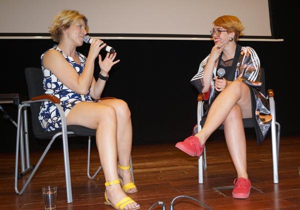 Po projekcji Magdalena Felis (z lewej) dyskutowała z Kają Klimek o zaletach kina krótkometrażowego. Fot. Powiat Legionowski
