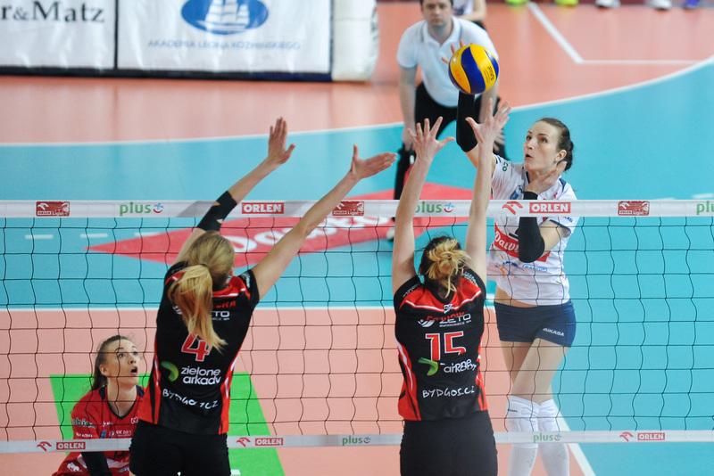W czwartkowym meczu Daria Paszek (MVP spotkania) omijała bydgoski blok. Fot. fotoMiD