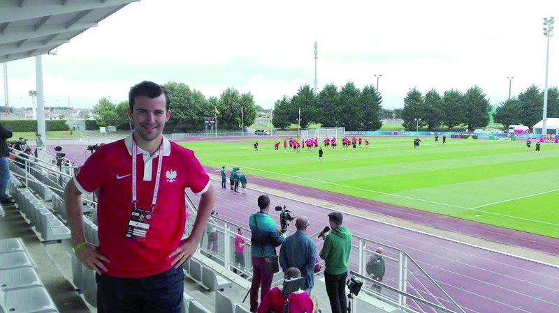 Patryk na stadionie w La Baule, gdzie biało-czerwoni mieli swoją bazę treningową.