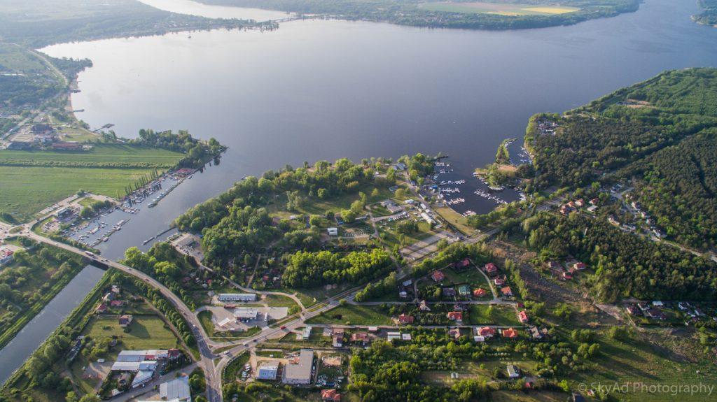 Tereny portowego Kompleksu Nieporęt-Pilawa widziane z lotu ptaka. Fot. SkyAd