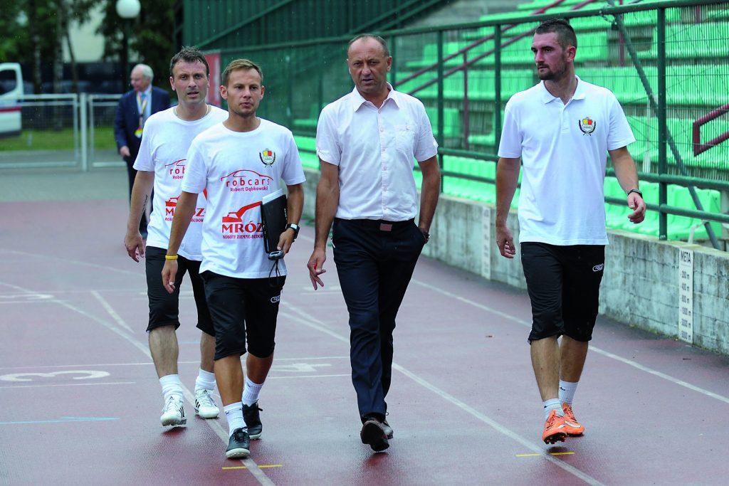Legionowscy szkoleniowcy mają po tym meczu jeszcze sporo pracy. Od lewej: Przemysław Kostyk (asystent trenera), Patryk Drewnowski (kierownik drużyny), Ryszard Wieczorek( trener zespołu) i Izaak Stachowicz (trener bramkarzy). Fot. fotoMiD