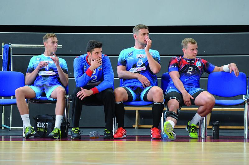 Ławka z zainteresowaniem śledziła poczynania grających kolegów.  Od lewej: Ignasiak, Stojković, Mochocki, Łucak. Fot. fotoMiD