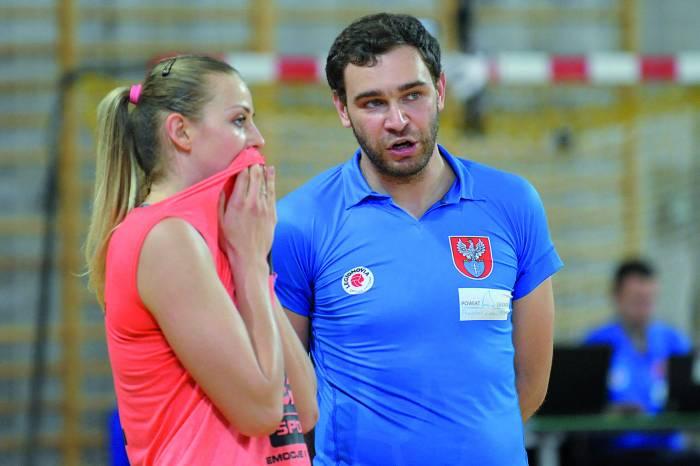 Trener Robert Strzałkowski w rozmowie a z atakującą Moniką Bociek. Fot. fotoMiD