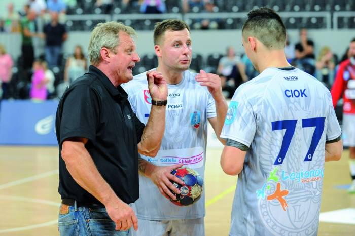 Trener Marek Motyczyński w rozmowie z Michałem Prątnickim i Kamilem Ciokiem. Fot. fotoMiD