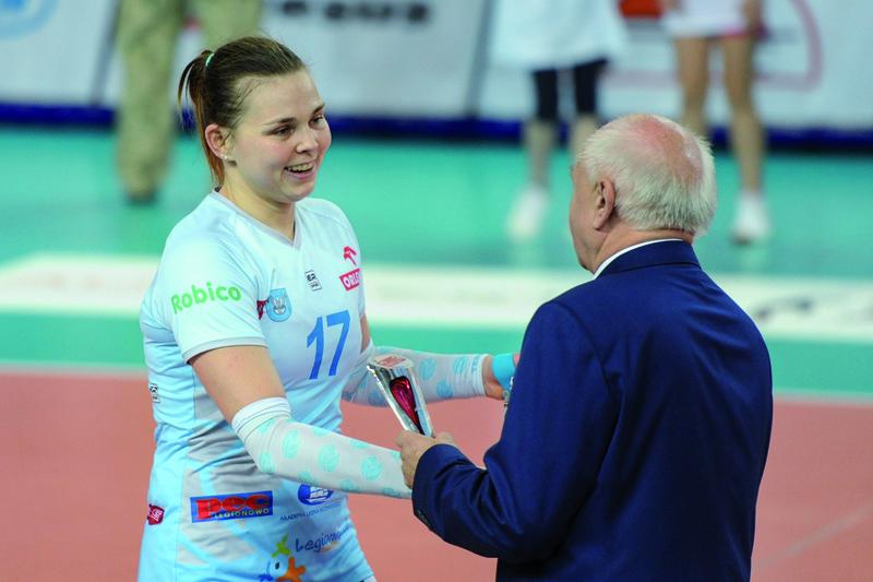 Agata Skiba odbiera statuetkę dla MVP spotkania Fot. fotoMiD
