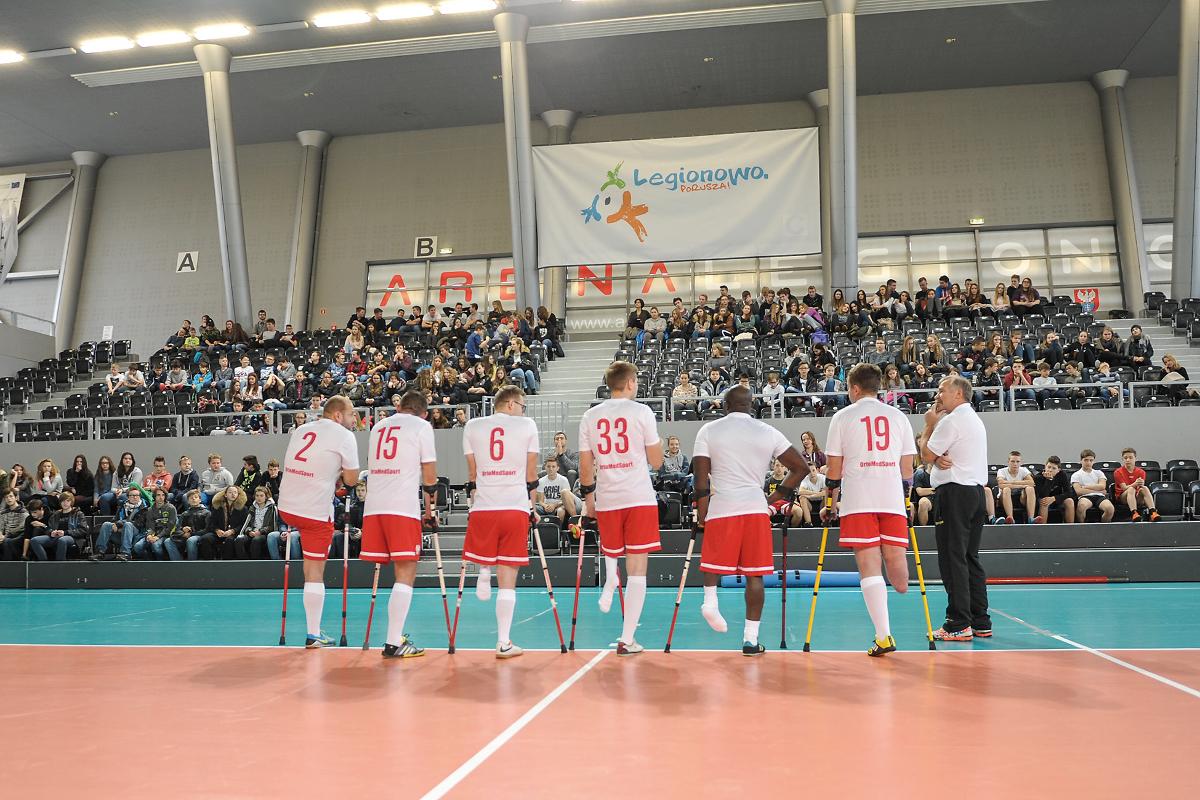 Młodzież z zainteresowaniem słuchała piłkarzy Fot. foto MiD