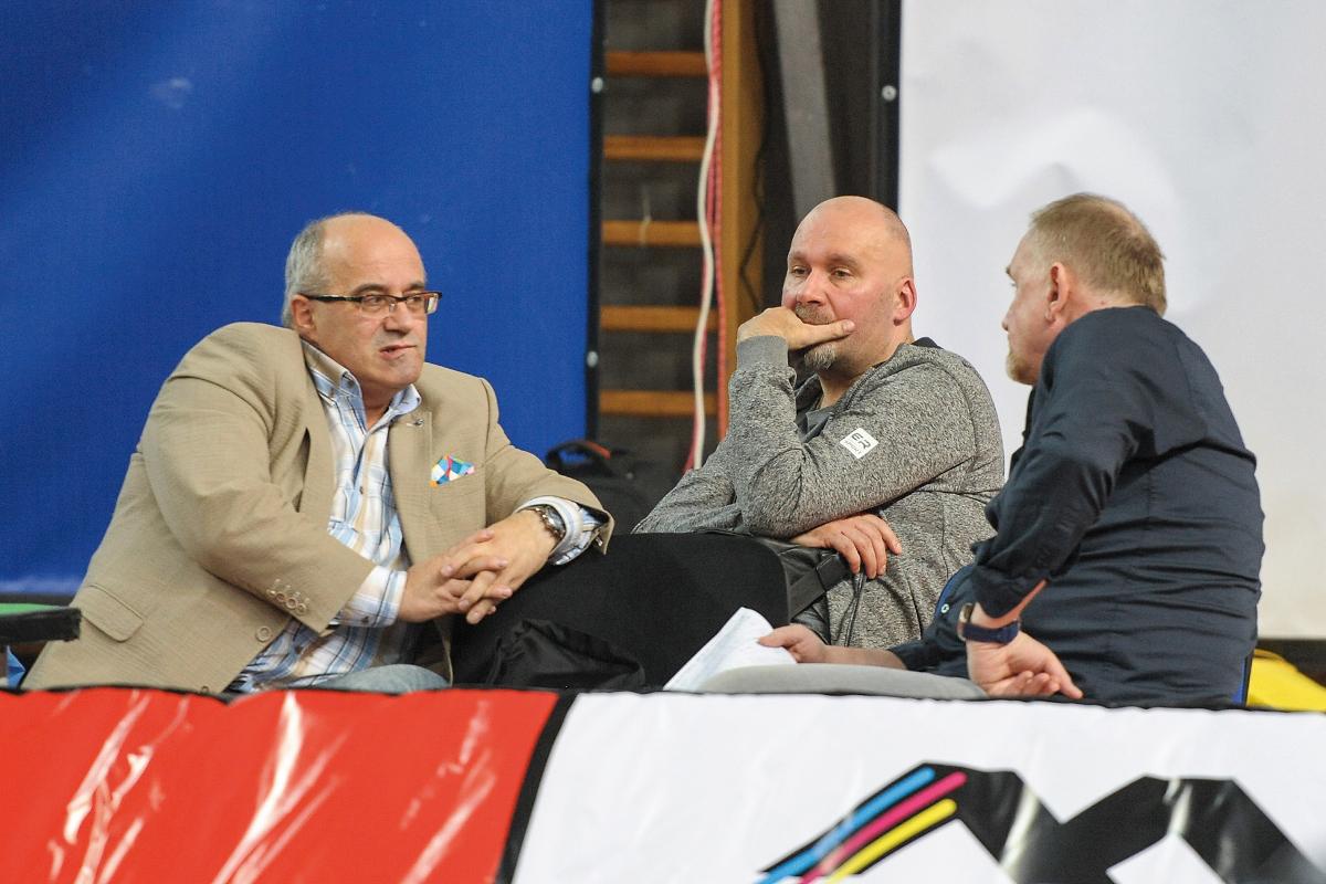 O czym rozmawiali na ostatnim meczu  prezesi Legionovii (S. Supa i M. Bąk) z trenerem kadry narodowej J. Nawrockim? Fot. fotoMiD