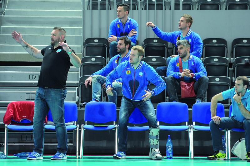 Trener Robert Lis i piątka kontuzjowanych bardzo emocjonalnie przeżywali ostatnie minuty Fot. fotoMiD