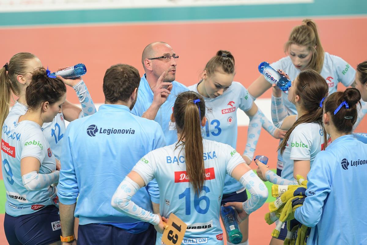 Trener Maciej Bartodziejski podczas jednej w rozmowie ze swoim zespołem Fot. fotoMiD