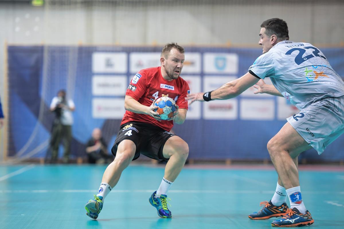 Pojedynek dwóch czołowych strzelców swoich drużyn: Łukasza Janysta i Witka Titowa Fot. fotoMiD