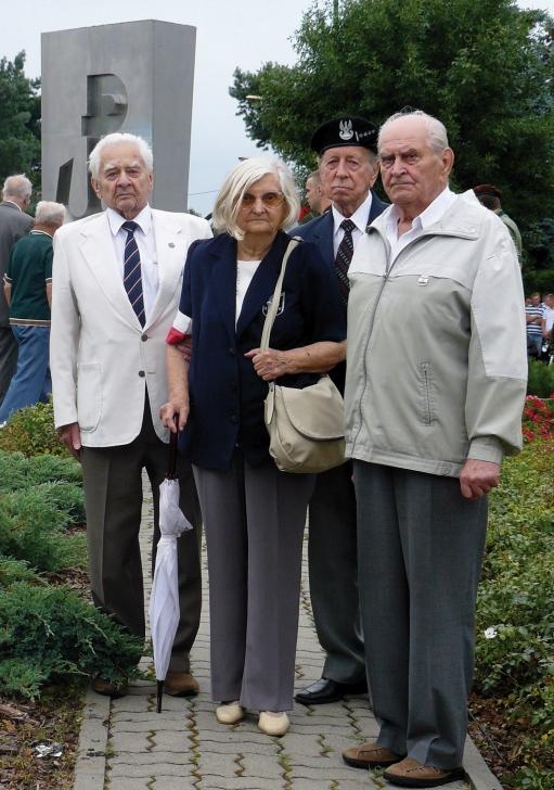 Przed pomnikiem Polski Walczącej w Legionowie - (od prawej) kombatanci AK - Lucjan Spletsteser, Bohdan Stankiewicz, Bronisława Mazur, Zdzisław Kondras