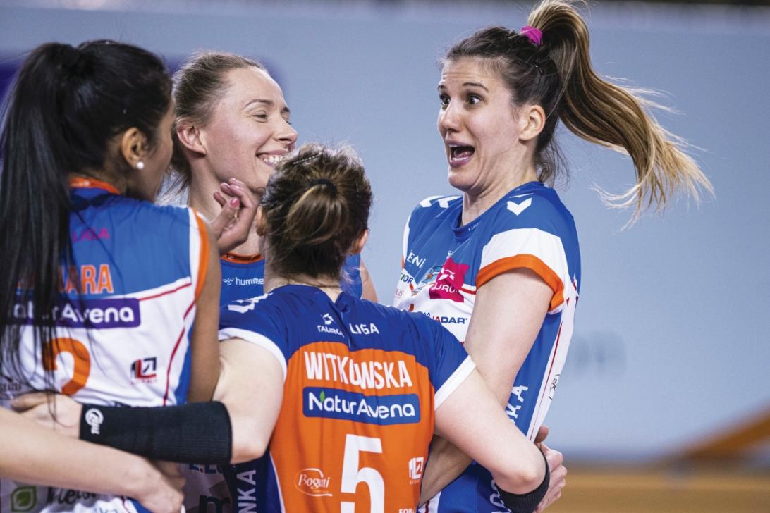 Radość zespołu z Radomia zrozumiała. One zameldowały się n w strefie. Ana Bjelica uśmiechnięta, ale jakby trochę zdziwiona. Dopiero drugi mecz w barwach Radomki i już tytuł MVP. Cóż, co klasa to0 klasa Fot. Tauron Liga (Łukasz Wójcik)